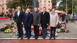 """Společné foto delegace PS PČR (zleva Marek Černoch, Jan Birke, Josef Hájek, Jan Hamáček a Josef Nekl). Ostatní členové delegace to """"nějak"""" nestihli""""."""