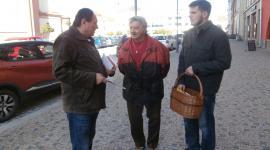 Společně se mnou oslovovali občany i kandidát Lukáš Zahradmník a člen MR KSČM František Hlavinka (uprostřed)